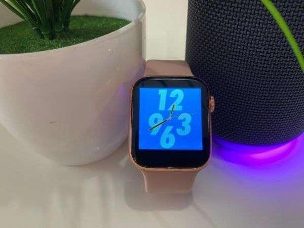 Smartwatch-T500-Rosa-con-fondo-de-pantalla-azul