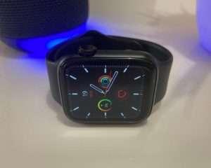 Watch 6 W26 con fondo de pantalla negro